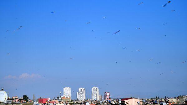 Adana'da, sokağa çıkma yasağı nedeniyle evde kalan vatandaşlar evlerinin damından yüzlerce uçurtma uçurdu. - Sputnik Türkiye