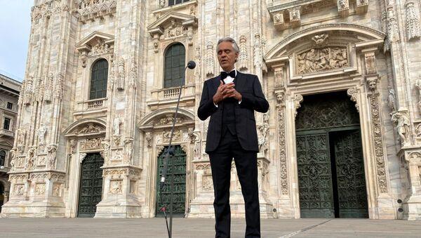 İtalya tenor Andrea Bocelli, koronavirüs salgını nedeniyle kapalı olan Milano'daki Duomo Katedrali'nde konser verdi.  - Sputnik Türkiye