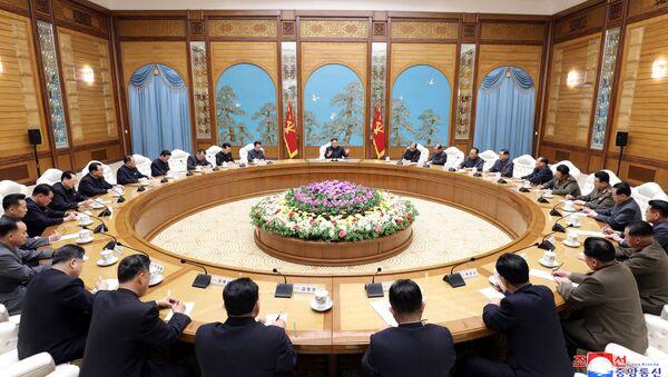 Kuzey Kore lideri Kim Jong-un başkanlığında toplanan İşçi Partisi Merkez Komitesi Politbürosu, 11 Nisan 2020 - Sputnik Türkiye