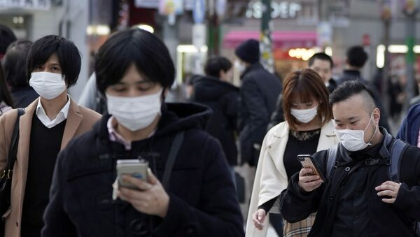 Koronavirüs önlemleri çerçevesinde maskeli yayalar, Tokyo, Japonya - Sputnik Türkiye