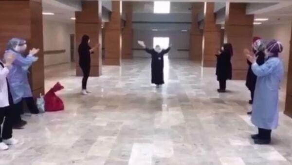 Taburcu olurken dans eden teyze - Sputnik Türkiye