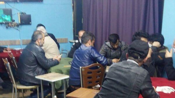 Konya'da kahvehanede oyun oynayan 21 kişiye, yeni tip koronavirüsle (Kovid-19) mücadele önlemlerini ihlal ettikleri gerekçesiyle idari para cezası uygulandı. - Sputnik Türkiye