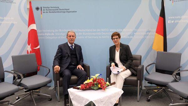 Milli Savunma Bakanı Hulusi Akar-Almanya Savunma Bakanı Annegret Kramp-Karrenbauer - Sputnik Türkiye
