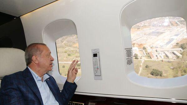 Türkiye Cumhurbaşkanı Recep Tayyip Erdoğan, Sancaktepe ve Atatürk Havalimanı'nda başlayan hastane ile Başakşehir Şehir Hastanesini helikopterden inceledi. - Sputnik Türkiye