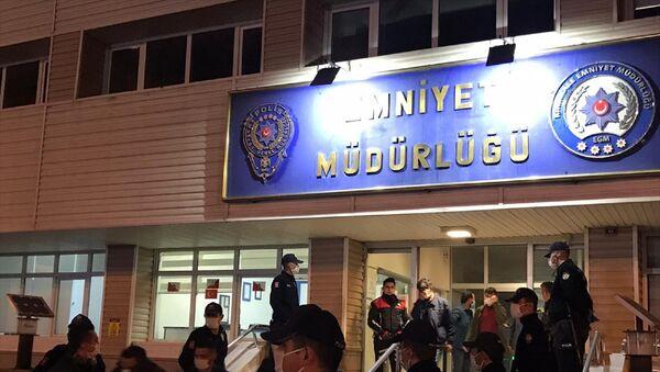 Kırıkkale'de yeni tip koronavirüs (Kovid-19) tedbirleri kapsamındaki sosyal mesafe kuralına uymayarak kumar oynayan 28 kişiye 88 bin 200 lira lira idari para cezası uygulandı. - Sputnik Türkiye