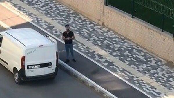 Bursa'da koronavirüsle mücadele kapsamında evlerinden çıkmayan vatandaşlara arabayla ekmek dağıtan bir genç, boş sokaklarda söylediği şarkılarla fenomen olma yolunda ilerliyor - Sputnik Türkiye