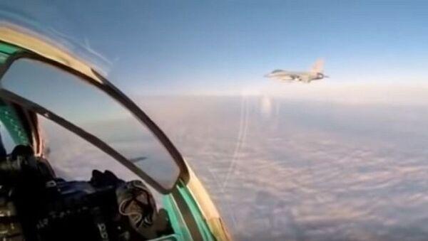 Rus MiG-31'i kullanan pilot NATO savaş uçağı ile yakınlaştığı anı videoya aldı - Sputnik Türkiye