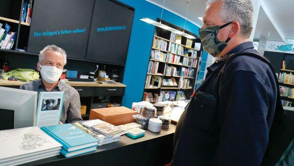 Almanya'da kapalı alanı 800 metrekareden küçük işletmelerle büyüklük sınırlaması getirilmeden otomobil bayileri, bisiklet dükkanları ve kitapçılar açıldı. - Sputnik Türkiye