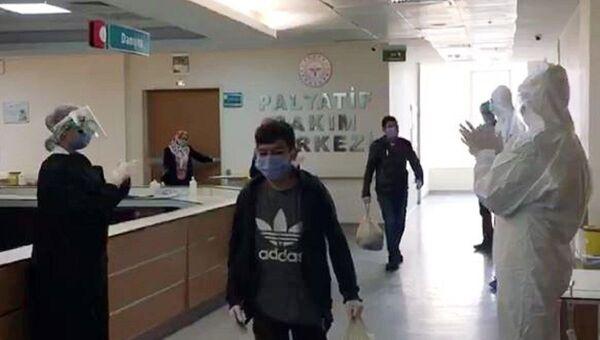 Aynı aileden 10 kişi koronavirüsü yenerek taburcu oldu - Sputnik Türkiye