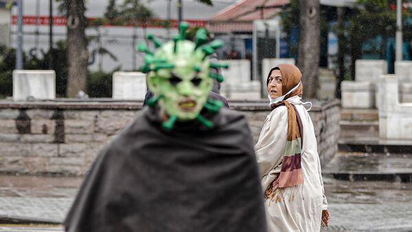 Maske ile virüs kılığına giren tiyatrocu - Sputnik Türkiye