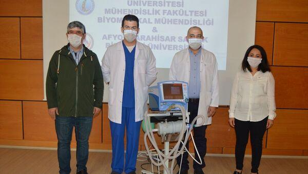 Afyonkarahisar'da 4 bilim insanının yeni tip koronavirüs (Kovid-19) salgınında hastanelerin yoğun bakımlarında kullanılan ventilatörler için kısa sürede tasarladığı UV-C sterilizatör, sağlık çalışanların daha güvenli bir ortamda çalışmasını sağlayacak. - Sputnik Türkiye