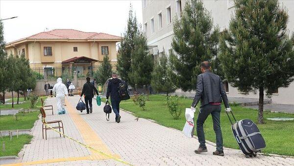 Karantinadan tahliye edilenler - Sputnik Türkiye