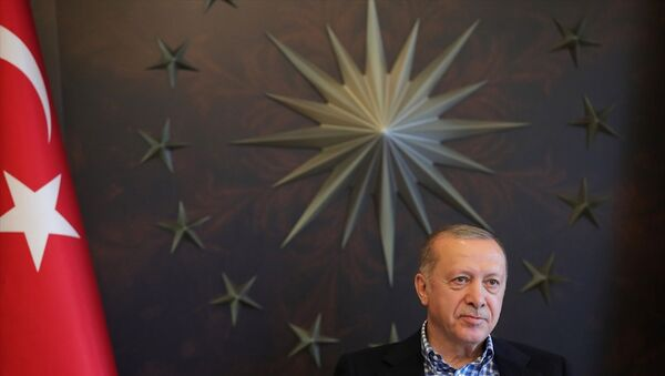 Türkiye Cumhurbaşkanı Recep Tayyip Erdoğan, A Milli Futbol Takımı oyuncularıyla video konferans yöntemiyle görüşme gerçekleştirdi. Programda Toplantıda İletişim Başkanı Fahrettin Altun (sağ 2) ile Cumhurbaşkanlığı Sözcüsü İbrahim Kalın (solda) da yer aldı. - Sputnik Türkiye