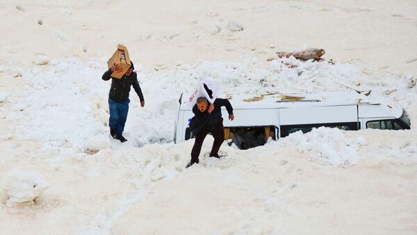 Çığ altında kalan minibüse 3 ay sonra ulaşıp eşyalarını aldılar - Van - Bahçesaray - Sputnik Türkiye