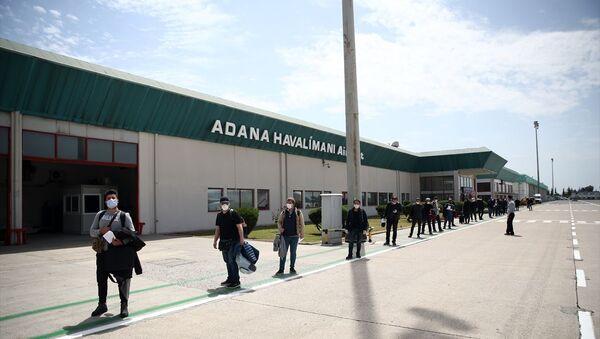 Türkiye'nin yeni tip koronavirüs (Kovid-19) önlemleri kapsamında Rusya'daki Türk vatandaşları Türk Hava Yolları (THY) uçağıyla Adana Havalimanı'na iniş yaparak ülkeye döndü. - Sputnik Türkiye