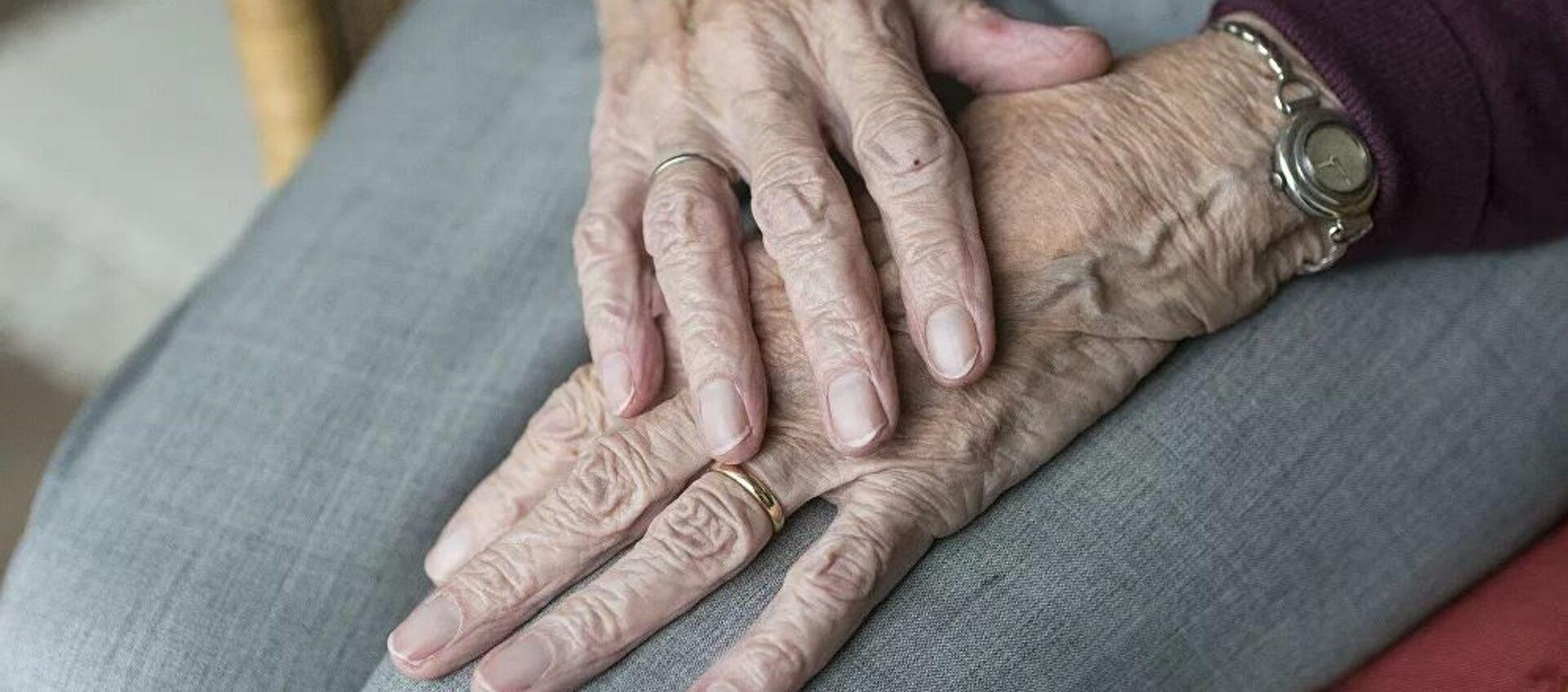 Yaşlı kadın eli - Sputnik Türkiye, 1920, 22.04.2021