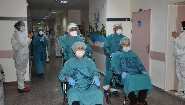 Osmaniye'de koronavirüsü yenen 3 hasta alkışlarla taburcu edildi - Sputnik Türkiye