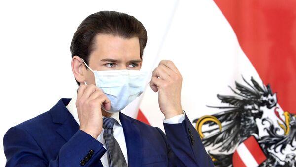 Sebastian Kurz maske takarak basın toplantısına başlarken, Viyana, Avusturya - Sputnik Türkiye