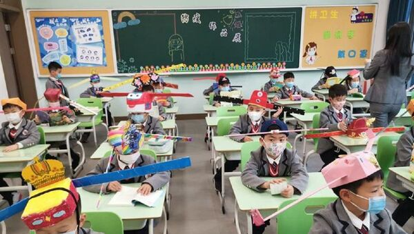 Çin'deki bir ilkokulun ilginç koronavirüs önlemi: Kanatlı sosyal mesafe şapkaları - Sputnik Türkiye