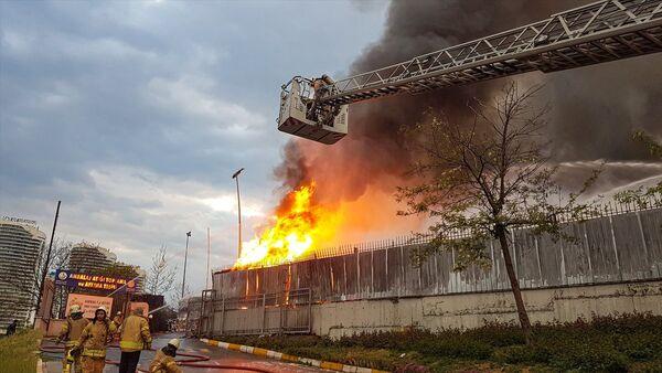 İstanbul'da ambalaj atığı toplama ve ayırma tesisinde yangın - Sputnik Türkiye