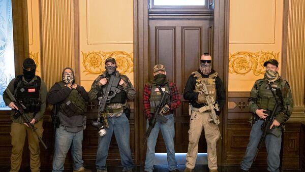 ABD'nin Michigan eyaletinde karantina karşıtı protestocular, Eyalet Meclis Binasını basarak Genel Kurula girmeye çalıştı. - Sputnik Türkiye