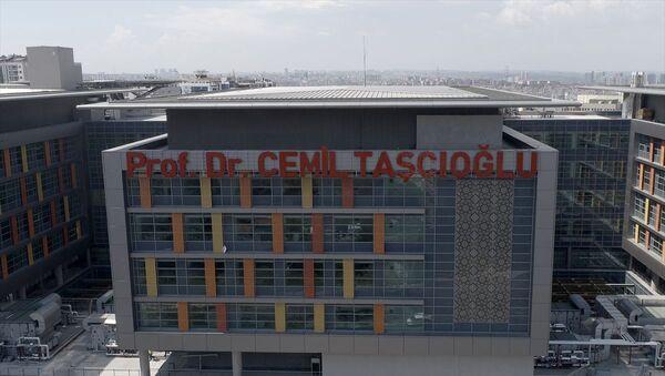 Yeni tip koronavirüs (Kovid-19) nedeniyle hayatını kaybeden Dahiliye Uzmanı Prof. Dr. Cemil Taşcıoğlu'nun adının yazılı olduğu tabela, Okmeydanı'ndaki şehir hastanesine asıldı. - Sputnik Türkiye