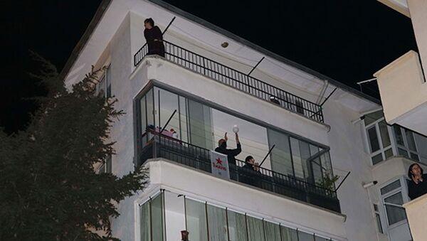 Balkon ve pencerelerden 1 Mayıs kutlaması - Sputnik Türkiye