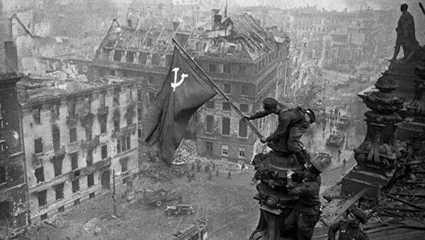 """""""Saldırıyı sürdüren ve düşmanın direnişini kıran 3. Şok Ordusu birlikleri, Reichstag'ın ana binasını işgal etti ve 30 Nisan günü saat 14: 25'te çatısında Sovyet bayrağını dikti. Berlin'in içindeki taarruz devam ediyor."""" - Sputnik Türkiye"""