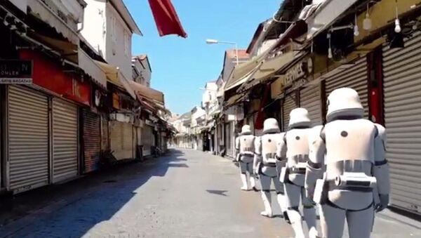 'Stormtrooper'lar boş sokaklarda yürüdü, Darth Vader İzmir Saat Kulesi'ndeki güvercinleri besledi - Sputnik Türkiye