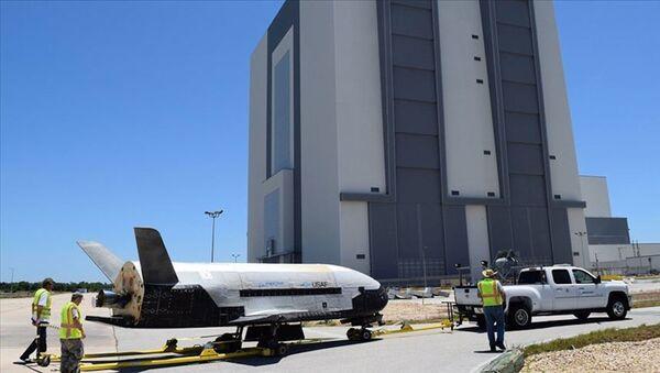 ABD Savunma Bakanlığı (Pentagon), uzay uçağı olarak bilinen X-37B Orbital Test Aracını çeşitli deneyler için uzaya ekipman taşımak üzere yörüngeye gönderiyor. - Sputnik Türkiye