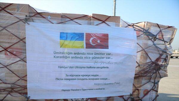 Milli Savunma Bakanlığı, Cumhurbaşkanı Recep Tayyip Erdoğan'ın talimatıyla hazırlanan, Kovid-19'la mücadelede kullanılacak tıbbi yardım malzemelerinin Ukrayna'ya gönderildiğini bildirdi. - Sputnik Türkiye