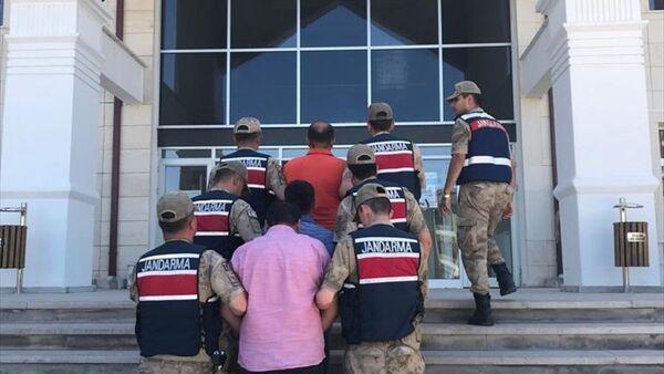 Sivas'ın Yıldızeli ilçesinde, kendilerini jandarma komutanıyım diye tanıtarak bir kişinin para ve altınlarını aldıkları iddia edilen 2 şüpheli gözaltına alındı. - Sputnik Türkiye