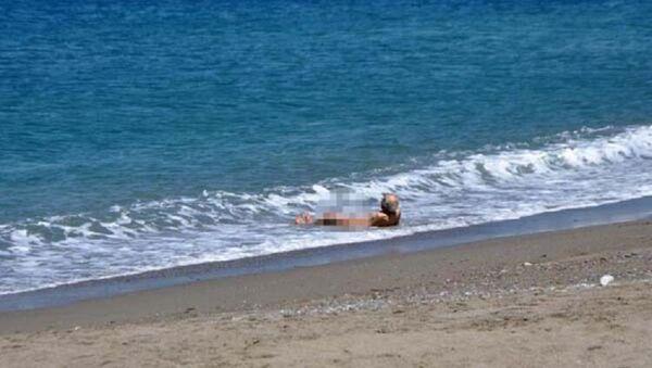 4 saatlik izni fırsat bilen yaşlı adam çırılçıplak denize girdi - Sputnik Türkiye
