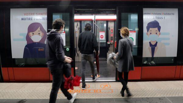 Fransa'daki bu yeni aşamada, toplu taşıma araçlarında ve taksilerde maske takmak zorunlu oldu. Kurala uymayanlara 135 euro para cezası kesilecek.  - Sputnik Türkiye