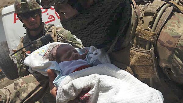Afganistan'ın başkenti Kabil'de Daşt-i Barçi bölgesindeki hastaneye gerçekleştirilen silahlı ve bombalı saldırıda Afgan güvenlik güçlerince kurtarılan bir bebek  - Sputnik Türkiye
