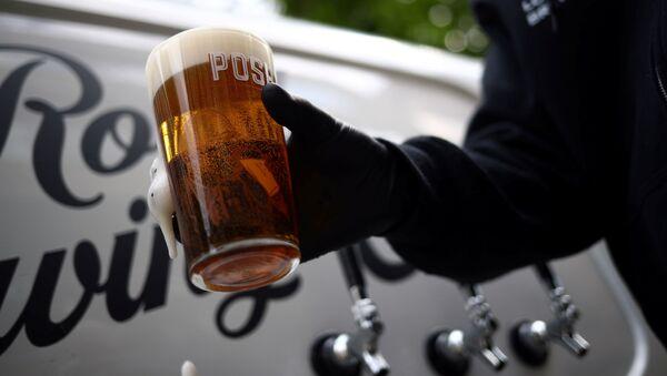 Londra'da Forest Road Brewing Co ismiyle bira üreticiliği yapan Peter Brown'dan evlere tekerlekli pub servisi - Sputnik Türkiye