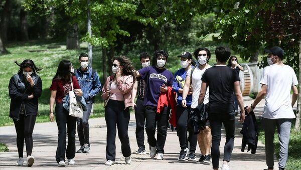 Uzun bir aradan sonra ilk defa sokağa çıkan gençler, Maçka Parkı'nda arkadaşlarıyla buluştu. - Sputnik Türkiye