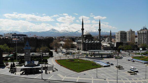Kayseri'de cami  - akşam ezanının 4 dakika geç okunması sonucu vatandaşlar oruçlarını geç açtı. - Sputnik Türkiye