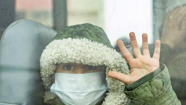 IKBY'den Semalka sınır kapısından geçerek Suriye'ye geçen bir çocuk - Maske - - Sputnik Türkiye
