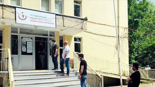 Kocaeli'de, Gebze Berberler, Kuaförler Esnaf ve Sanatkarlar Odası ve İlçe Sağlık müdürlükleri iş birliğinde gerçekleştirilen çalışma kapsamında Gebze, Darıca, Çayırova, Dilovası ilçelerinde faaliyet gösteren berber, kuaför, güzellik salonu sahipleriyle çalışanlarına yeni tip koronavirüs (Kovid-19) testi yapılmaya başlandı. - Sputnik Türkiye