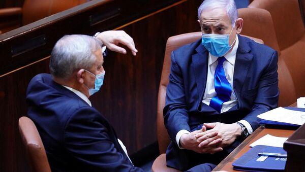 Benyamin Netanyahu ile Benny Gantz (solda) maskeli halde parlamentodaki hükümetin yemin töreninde - Sputnik Türkiye