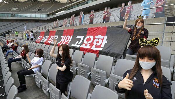 Salgın nedeniyle ara verilen futbol sezonuna seyircisiz başlangıç yapan Güney Kore'de, boş kalan koltukları şişme kadınlarla dolduran bir futbol kulübü gelen tepkiler üzerine özür diledi. - Sputnik Türkiye