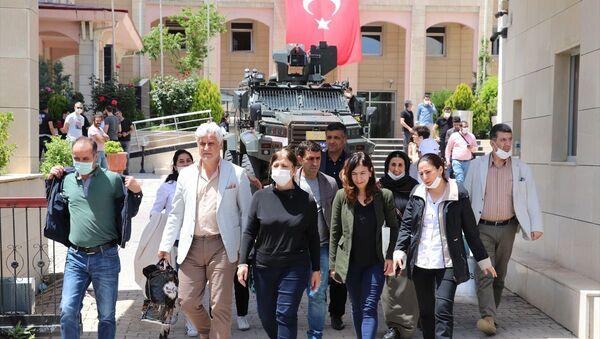 HDP'li Siirt Belediye Başkanı Berivan Helen Işık (sağ 2), Kurtalan Belediye Başkanı Baran Akgül (sol 2), Baykan Belediye Başkanı Ramazan Sarsılmaz  - Sputnik Türkiye