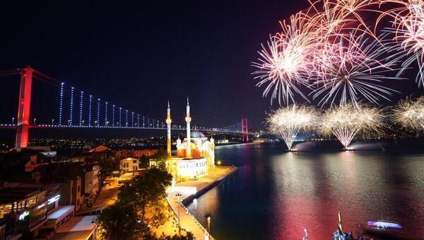19 Mayıs Atatürk'ü Anma, Gençlik ve Spor Bayramı nedeniyle İstanbul Boğazı'nda havai fişek ve ışık gösterisi yapıldı.  - Sputnik Türkiye