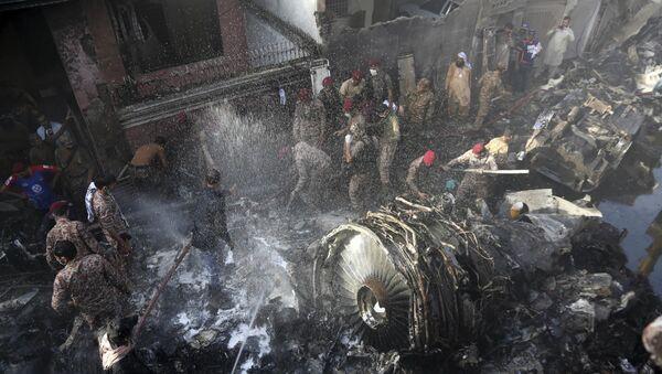 Pakistan Uluslararası Havayollarının (PIA) PK 8303 sefer sayılı Lahor-Karaçi uçuşunu yapan yolcu uçağı, Karaçi Havalimanı yakınlarında bir yerleşim alanına düştü. - Sputnik Türkiye
