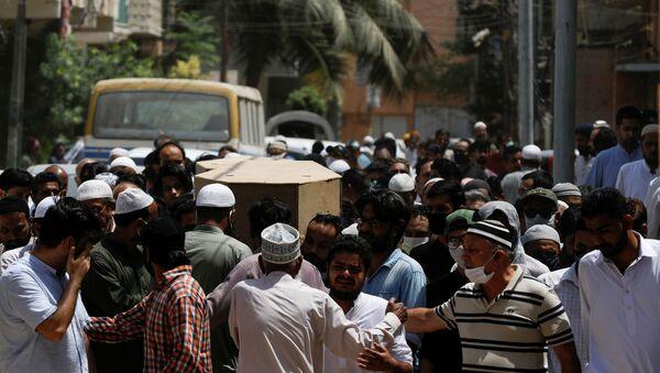 Pakistan'da inişe geçtiği sırada yerleşim yerlerinin üzerine düşen uçakta hayatını kaybedenler için cenaze töreni düzenlendi. - Sputnik Türkiye