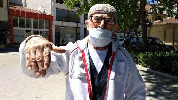 Koronavirüs (Kovid-19) tedbirleri kapsamında Ramazan Bayramı'nın ilk gününde saat 14.00 ile 20.00 arasında verilen izinle sokağa çıkan yaşlılar - Sputnik Türkiye