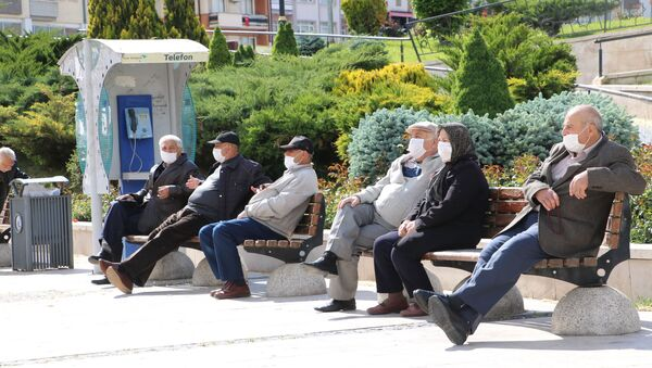 Sivas'ta koronavirüs dolayısıyla uygulanan sokağa çıkma kısıtlamasını fırsat bilen 65 yaş üstü vatandaşlar, izinlerini banklarda oturarak ve boş kalan caddelerde yürüyerek değerlendirdiler. - Sputnik Türkiye