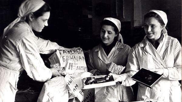 Krasnıy Oktyabr çikolata fabrikasının çalışanları, Kızıl Ordu askerleri için hediyeler hazırlıyor. - Sputnik Türkiye