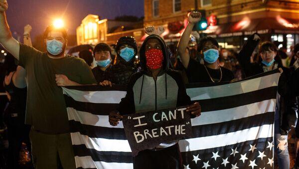 ABD'de, George Floyd adlı bir siyah vatandaşın gözaltına alınırken polis tarafından boğularak öldürülmesi protesto edildi. - Sputnik Türkiye